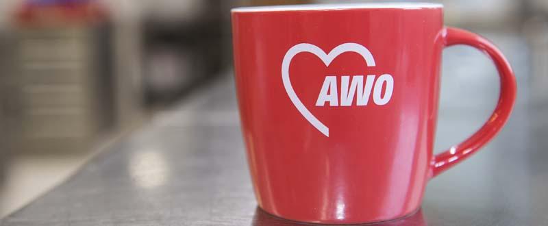 Dieses Bild zeigt eine schöne rote Tasse mit dem AWO-Logo