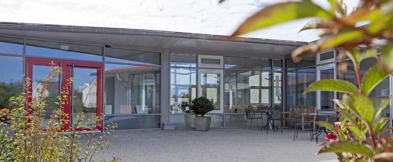 Dieses Bild zeigt den gemütlichen Eingangsbereich des AWO Sozialzentrums Markt Erlbach mit Tischen und Stühlen