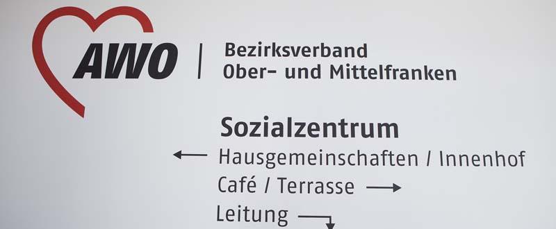 Dieses Bild zeigt ein Schild im Eingangsbereich des AWO Sozialzentrums Markt Erlbach mit Hinweisen zum Café, zur Terasse, zum Innenhof etc.
